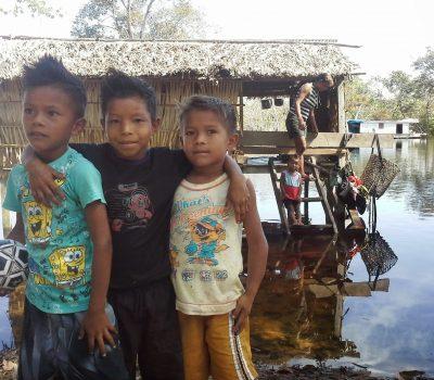 Crianças e Moradia do Povo Palmari - Aldeia Terra Nova - Petrobrás entrou na Terra Indígena sinalizando com pinturas e placas, sem pedir licença